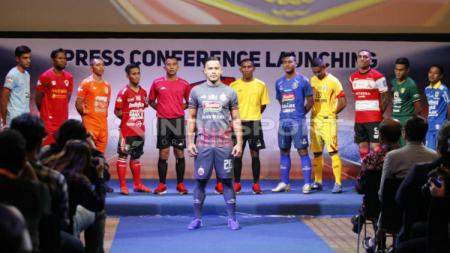 Andritany Ardhiyasa memeragakan jersey Persija Jakarta untuk Liga 1 2019. Foto: Herry Ibrahim/INDOSPORT - INDOSPORT