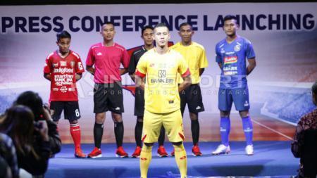 Indra Kahfi memamerkan jersey Bhayangkara FC dalam konferensi pers launching Liga 1 2019. Foto: Herry Ibrahim - INDOSPORT