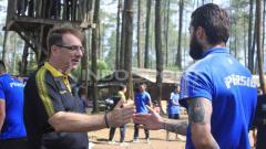 Indosport - Tak hanya pemain, pelatih Robert Rene Albert (kiri) pun juga ikut bermain bersama salah satu pemainnya, Bojan Malisic.