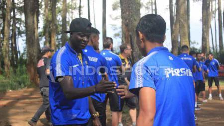Striker Persib Bandung, Ezechiel N'Douassel (kiri) tampak serius dalam menjalankan permainan yang dilakukan saat outbond. - INDOSPORT