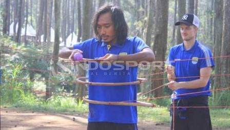 Gelandang Persib, Hariono saat mengikuti outbound di Grafika Cikole, Lembang, Kabupaten Bandung Barat, Senin (13/05/2019).