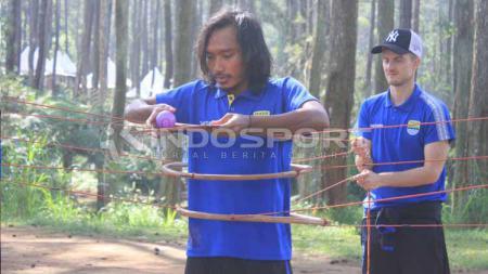 Gelandang Persib, Hariono saat mengikuti outbound di Grafika Cikole, Lembang, Kabupaten Bandung Barat, Senin (13/5/19). - INDOSPORT