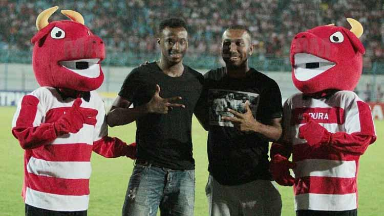 Patrich Wanggai dan Guy Junior Berfoto dengan Maskot Madura United, Madruji. Copyright: Instagram/@maduraunited.fc