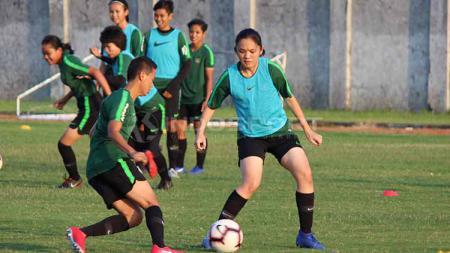Pemain Timnas Putri Indonesia berusaha menerapkan latihan yang diarahkan pelatih. - INDOSPORT