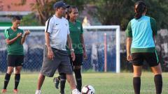 Indosport - Rully Nere memberi informasi terkini Timnas Wanita Indonesia jelang laga perdananya di Piala AFF 2019.