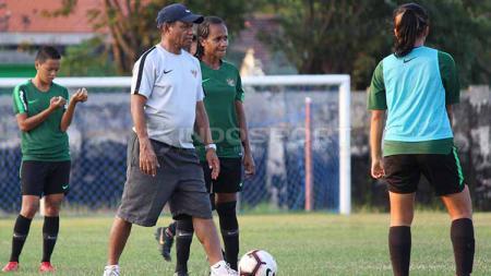 Rully Nere memberikan contoh gerakan kepada pemain Timnas Putri Indonesia di Lapangan, Jenggolo, Sidoarjo, Selasa (14/05/19). - INDOSPORT