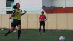 Indosport - Shafira Ika Putri saat mengikuti seleksi Timnas Putri Indonesia di Lapangan Jenggolo, Sidoarjo pada Selasa (14/5/19).