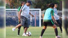 Indosport - Rully Nere memberikan contoh mengoper bola kepada anak didiknya saat seleksi di Lapangan Jenggolo, Sidoarjo, Selasa (14/5/19). Foto: Fitra Herdian/INDOSPORT