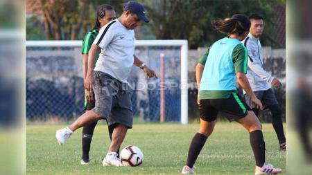 Rully Nere memberikan contoh mengoper bola kepada anak didiknya saat seleksi di Lapangan Jenggolo, Sidoarjo, Selasa (14/05/19). Foto: Fitra Herdian/INDOSPORT - INDOSPORT