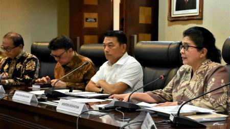 Kepala KSP Moeldoko (tengah) bersama Menteri Kesehatan Nila F Moeloek dan Menteri Dalam Negeri Thajo Kumolo memberikan keterangan pers terkait banyaknya petugas KPPS yang meninggal di kantor KSP, Jakarta, Selasa (14/05/19). Siaran Pers. - INDOSPORT