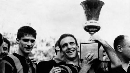 Kapten Atalanta, Piero Gardoni mengangkat trofi juara Coppa Italia 1962/63. (Foto: gentlemanultra.com) - INDOSPORT