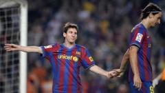 Indosport - Lionel Messi dan Zlatan Ibrahimovic pada laga di stadion Camp Nou 25/10/09. AFP PHOTO/LLUIS GENE