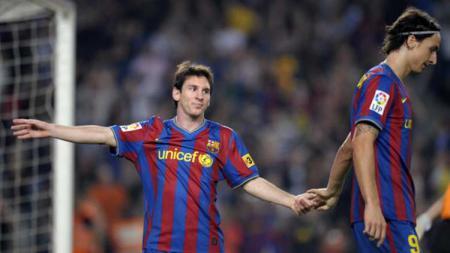 Lionel Messi dan Zlatan Ibrahimovic pada laga di stadion Camp Nou 25/10/09. AFP PHOTO/LLUIS GENE - INDOSPORT