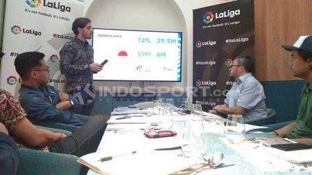 Delegasi LaLiga Spanyol untuk Indonesia, Rodrigo Gallego, memaparkan kondisi pertumbuhan ekonomi brand tersebut dalam acara buka bersama di Jakarta, Selasa (14/5/19) - INDOSPORT