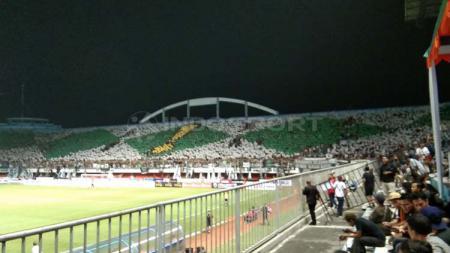 Kemeriahan suporter PSS Sleman Super Elang Jawa di stadion Maguwoharjo. Zaenal Hasan/INDOSPORT - INDOSPORT