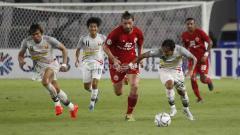 Indosport - Steven Paulle kejar bola dari kaki pemain Shan United. Foto Herry Ibrahim/INDOSPORT