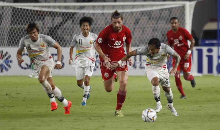 Steven Paulle kejar bola dari kaki pemain Shan United. Foto Herry Ibrahim/INDOSPORT Copyright: Herry Ibrahim/INDOSPORT