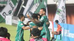 Indosport - Aksi selebrasi pemain PSS Sleman usai Brian Ferreira mencetak gol ke gawang Arema FC. Foto Ronald Seger Prabowo/INDOSPORT