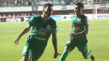 Brian Ferreira melakukan selebrasi usai cetak gol ke gawang Arema FC. Foto Ronald Seger Prabowo/INDOSPORT - INDOSPORT