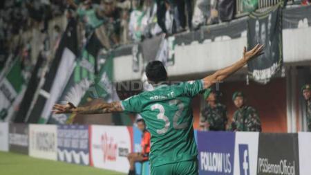 Aksi selebrasi pemain PSS Sleman usai Brian Ferreira mencetak gol ke gawang Arema FC. Foto Ronald Seger Prabowo/INDOSPORT - INDOSPORT