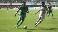 Indosport - Situasi duel pertandingan PSS Sleman vs Arema FC. Ronald Seger Prabowo/INDOSPORT