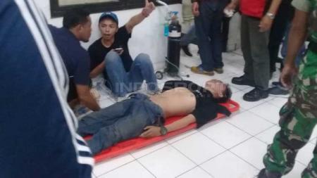 Korban kerusuhan suporter PSS Sleman vs Arema FC. Foto Ronald Seger Prabowo/INDOSPORT - INDOSPORT