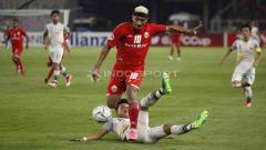 Indosport - Pemain Shan United berusaha menjegal Bruno Matos. Foto Herry Ibrahim/INDOSPORT