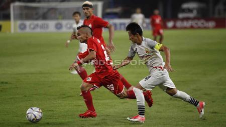 Pemain sayap Persija Jakarta, Riko Simanjuntak duel dengan pemain Shan United di ajang Piala AFC 2019. Foto Herry Ibrahim/INDOSPORT - INDOSPORT