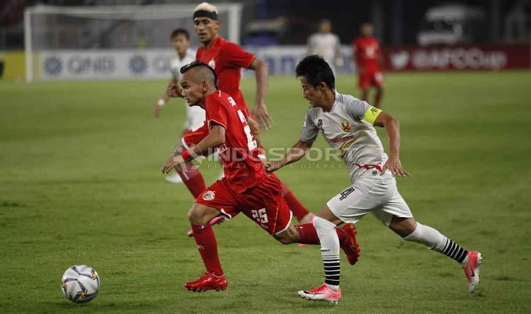 Riko Simanjuntak duel dengan pemain Shan United. Foto Herry Ibrahim/INDOSPORT Copyright: Herry Ibrahim/INDOSPORT