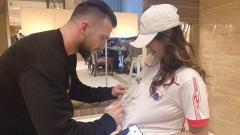 Indosport - Marko Simic Tanda Tangan di Jersey yang dikenakan Jess Amalia