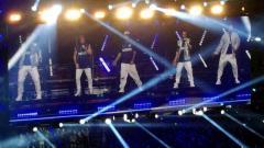 Indosport - Grup band Backstreet Boys menggelar konser dengan mengenakan jersey Inter Milan