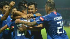 Indosport - Aksi selebrasi pemain PSIS Semarang usai membobol gawang Kalteng Putra. Ronald Seger Prabowo/INDOSPORT