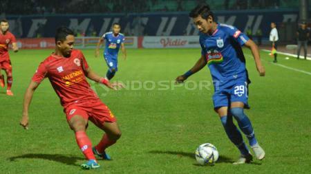 Septian David Maulana tengah mengontrol bola di hadapan pemain Kalteng Putra. Ronald Seger Prabowo/INDOSPORT - INDOSPORT