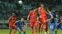 Indosport - Situasi duel udara PSIS Semarang vs Kalteng Putra. Ronald Seger Prabowo/INDOSPORT