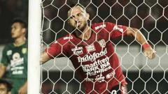 Indosport - Spasojevic melakukan selebrasi di gawang Persebaya.