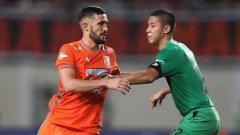 Indosport - Situasi duel pemain Borneso FC vs Bhayangkara FC.