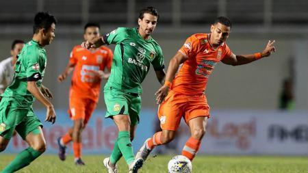 Dua pemain Bhayangkara FC berusaha merebut bola dari kaki pemain Borneo FC. - INDOSPORT