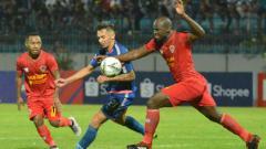 Indosport - Duel antara pemain PSIS Semarang, Silvio Escobar vs Rafael Bofim, pemain Kalteng Putra.
