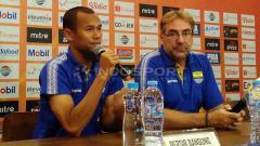 Indosport - Pelatih Persib, Robert Rene Alberts ditemani pemainnya Supardi Nasir (kiri) saat konferensi pers di 1933 Dapur & Kopi, Jalan Sulanjana, Kota Bandung, Jumat (17/05/2019).
