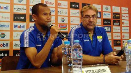 Pelatih Persib, Robert Rene Alberts ditemani pemainnya Supardi Nasir (kiri) saat konferensi pers di 1933 Dapur & Kopi, Jalan Sulanjana, Kota Bandung, Jumat (17/05/2019). - INDOSPORT