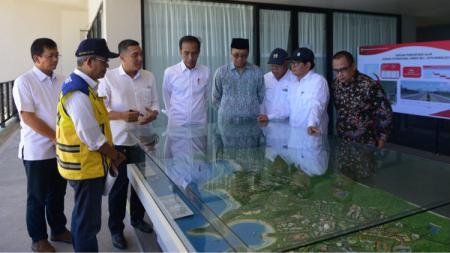 Presiden Jokowi mengecek persiapan Sirkuit Mandalika untuk MotoGP. - INDOSPORT