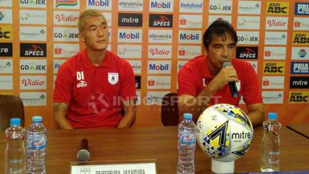 Pelatih Persipura Jayapura, Luciano Leandro (kanan) ditemani pemainnya Oh In-Kyun saat konferensi pers di 1933 Dapur & Kopi, Jalan Sulanjana, Kota Bandung, Jumat (17/05/2019). - INDOSPORT