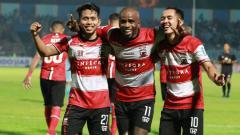 Indosport - Striker Madura United, Greg Nwokolo (tengah) memuji keramahan Persib Bandung setelah berlaga di pekan kelima Liga 1 2019.