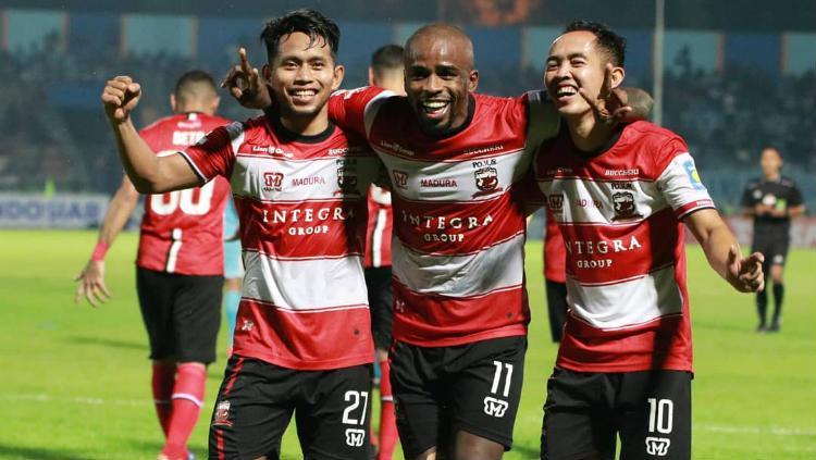 Greg Nwokolo merayakan kemenangan Madura United bersama Andik Vermansah dan Slamet Nurcahyono di Liga 1 2019, Jumat Copyright: maduraunitedfc.com