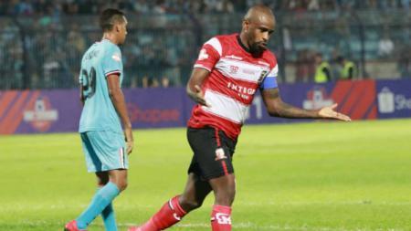 Greg Nwokolo merayakan golnya untuk Madura United ke gawang Persela Lamongan di Liga 1 2019, Jumat (17/05/19) malam WIB. - INDOSPORT