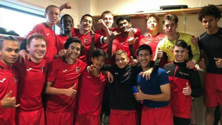 Gary Tannert bersama rekan-rekan setimnya di klub Inggris, FC Stamford. (Foto: www.instagram.com/gtannert20) - INDOSPORT