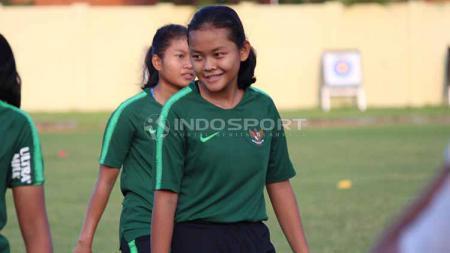 Helsya Maeisyaroh, saat mengikuti seleksi pemain Timnas Putri Indonesia di Lapangan Jenggolo, Sidoarjo Selasa (14/05/19). Foto: Fitra Herdian/INDOSPORT - INDOSPORT