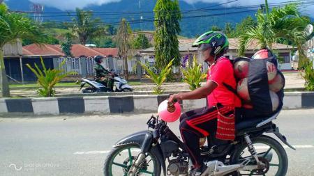 Silas Iskandar Ohee, mantan penjaga gawang Arema yang kini menjadi pelatih kepala SSB Sentani. - INDOSPORT