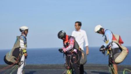 Jokowi bersama atlet paralayang. Foto: Sekretariat Kabinet - INDOSPORT