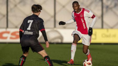 Pemain muda Ajax Amsterdam bernama Jawa, Neraysho Kasanwirjo. - INDOSPORT
